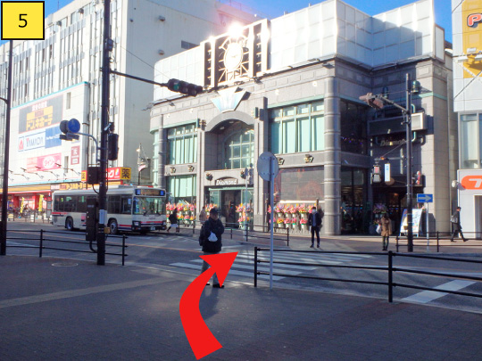 ⑤You can see pedestrian crossing at right side.